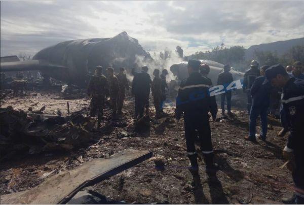 救援人员在坠机现场进行搜救(美国雅虎新闻网站)