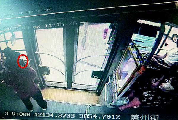 男子不管不顾,在公交车上喝白酒。视频翻拍