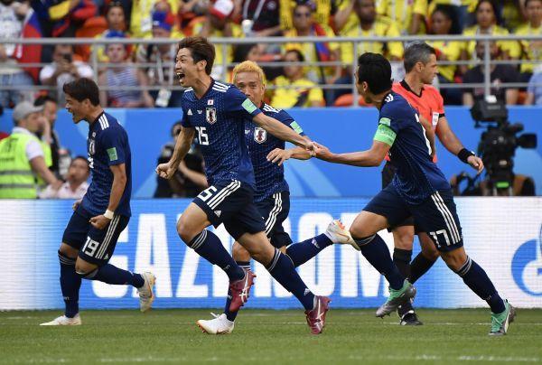 6月19日,日本队球员大迫勇也(左二)在比赛中庆祝进球。哥伦比亚队以1比2不敌日本队。(新华社)