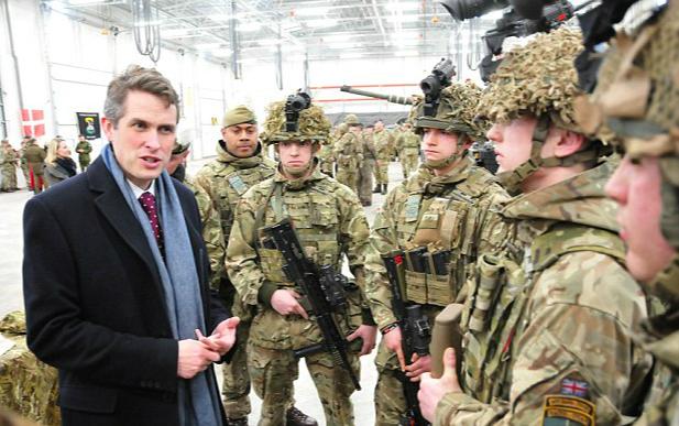 英国国防部长赴爱沙尼亚视察英国军队。(图片来源:英国《每日邮报》)