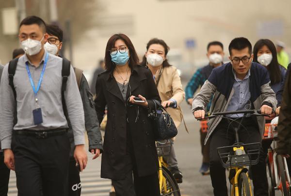 2018年3月28日,北京,市平易近纷纭以口罩遮面。视觉中国 图
