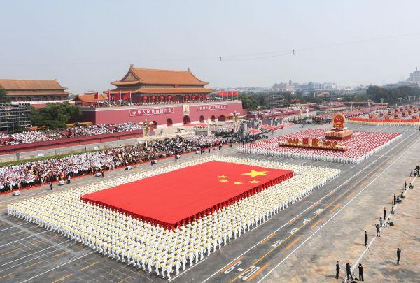 10月1日上午,庆贺中华群众共战国建立70周年年夜会正在北京天安门广场盛大举办。(翟健岚 摄)