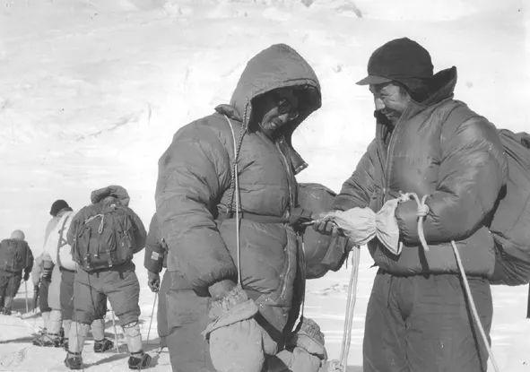 1975年夏伯渝和队友在攀登中