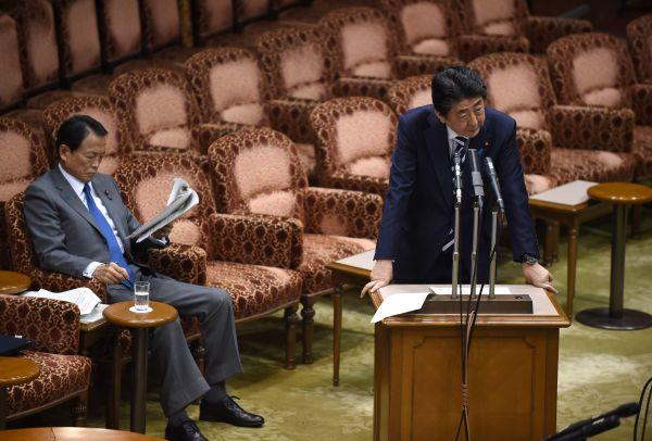 """3月19日,安倍因""""地价门""""在参议院遭在野党追责。(新华社/法新)"""