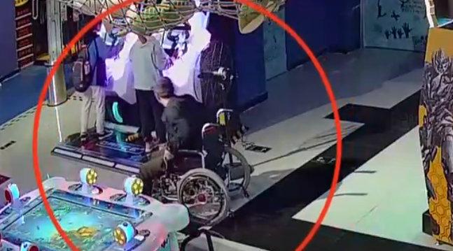 演技爆棚?男子用轮椅伪装行窃 看见目标瞬间起立