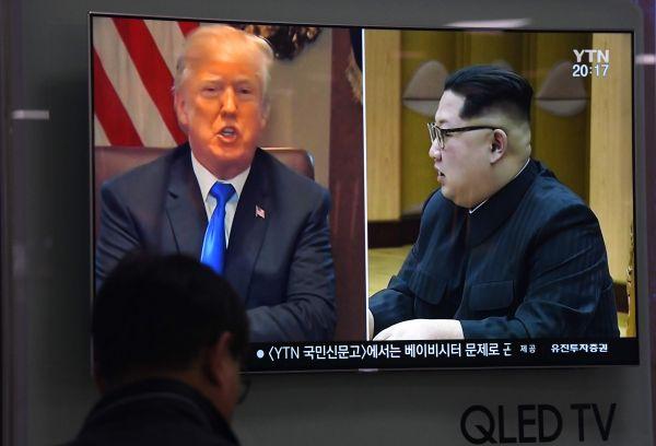 24日,一名男子在首尔观看有关特朗普和金正恩的电视新闻。(法新社)