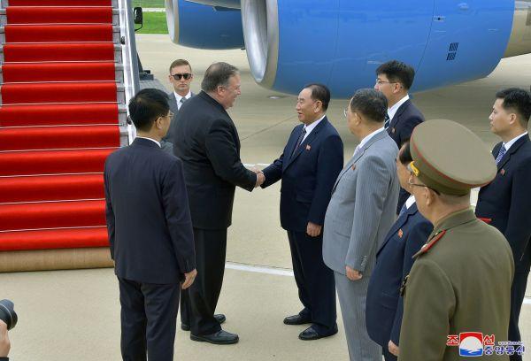 资料图:朝中社7月7日提供的照片显示,美国国务卿蓬佩奥在朝鲜平壤与在机场迎接的朝鲜劳动党中央委员会副委员长金英哲握手。新华社/朝中社