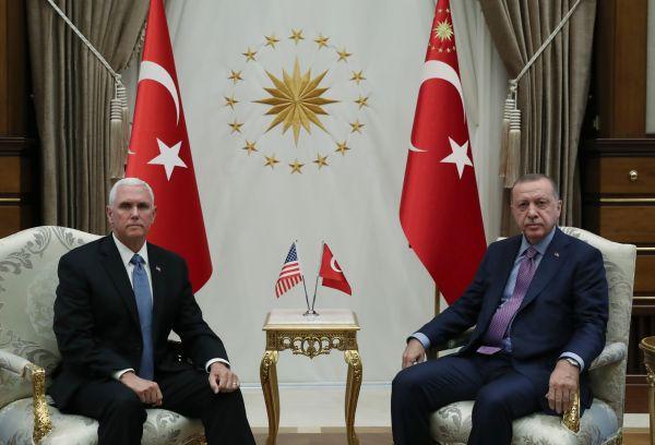 10月17日,正在土耳其都城安卡推,土耳其总统埃我多安(左)取到访的好国副总统彭斯举办接见会面。新华社收(穆斯塔法·卡亚摄)