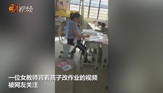 背着发烧女儿给学生上课