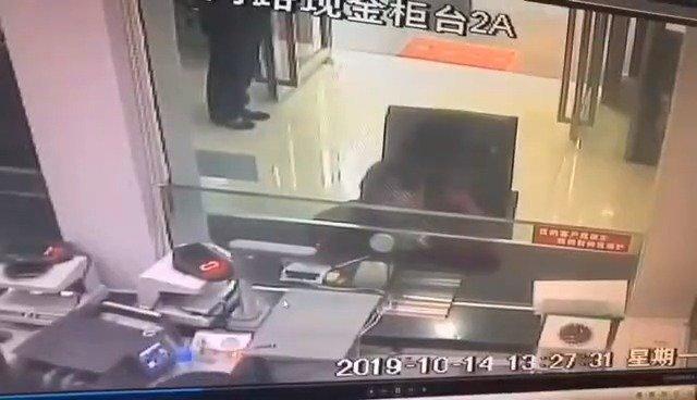 前两天贵阳女司机驾驶越野车冲进银行那事的银行监控