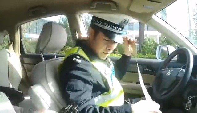 一人一带:你会用安全带吗?警官来教你