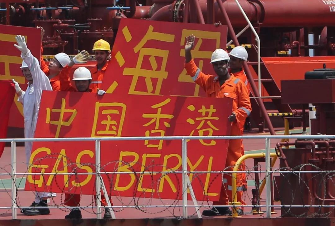 """中国喷鼻港籍商船""""绿宝石号""""海员挨出感激水师战祝愿故国的条幅 李烈 拍照"""