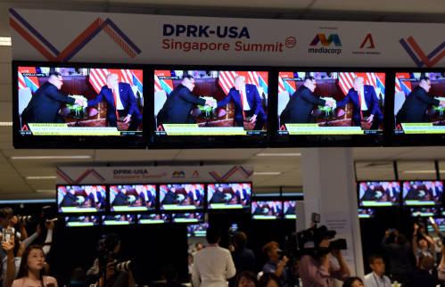 圖爲2018年6月12日,記者在新加坡的國際媒體中心觀看朝美領導人會晤的直播畫面。新華社
