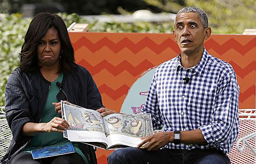 2016年3月,美国总统奥巴马和夫人米歇尔在复活节滚彩蛋活动上为孩子们讲故事。(新华社)