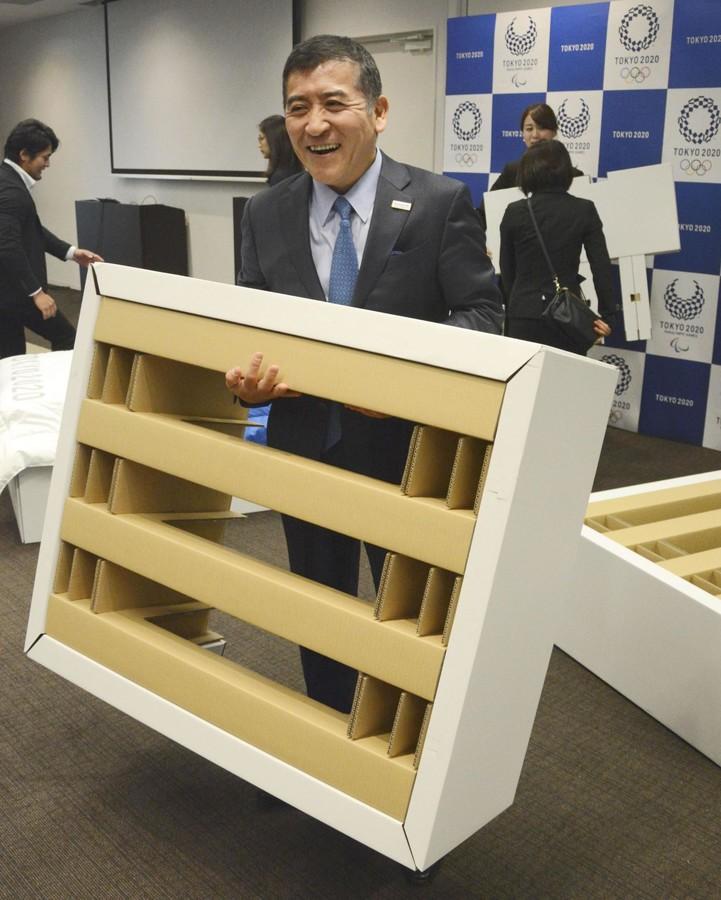 24日宣布的东京奥运村寝具套拆中的床架(配合消息社)