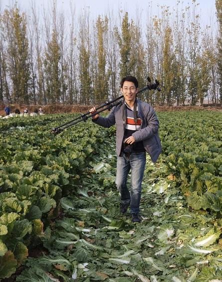 摄影师刘磊在潘庄村拍摄时留影。受访者供图