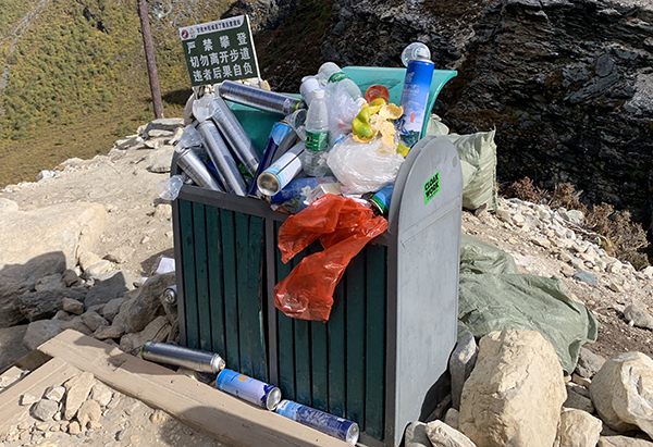 景区垃圾桶里装满了废弃的氧气瓶。