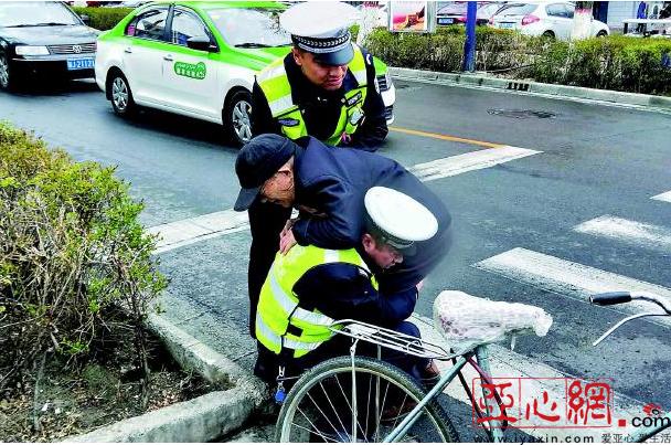老人遇车祸 克拉玛依交警蹲地半小时护住老人腰