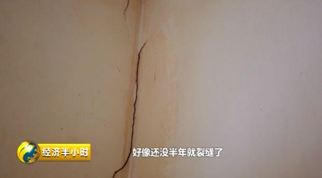 """这里的""""扶贫房""""墙砖一掰就碎,随时可能坍塌!地方政府为糊弄检"""