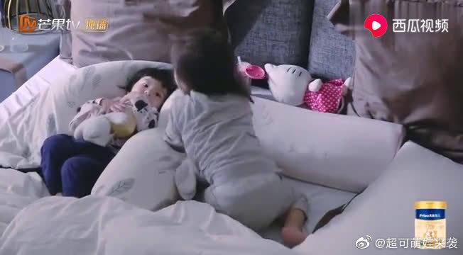 妈妈是超人:波妞一睡醒就用小脚丫欺负旁边的咘咘,妹妹回应好