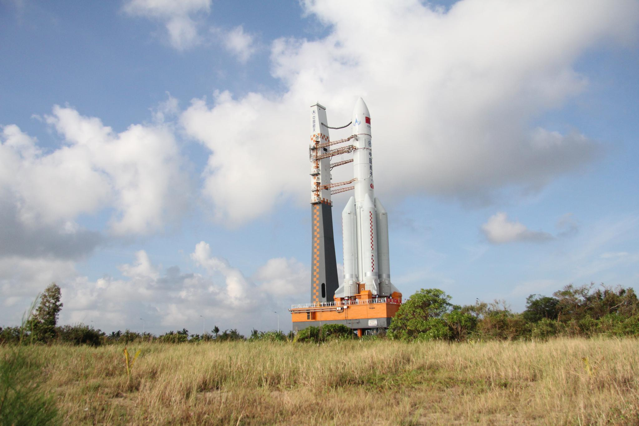 2016年10月,长征五号火箭在海南文昌发射场准备首飞。新京报记者 倪伟 摄