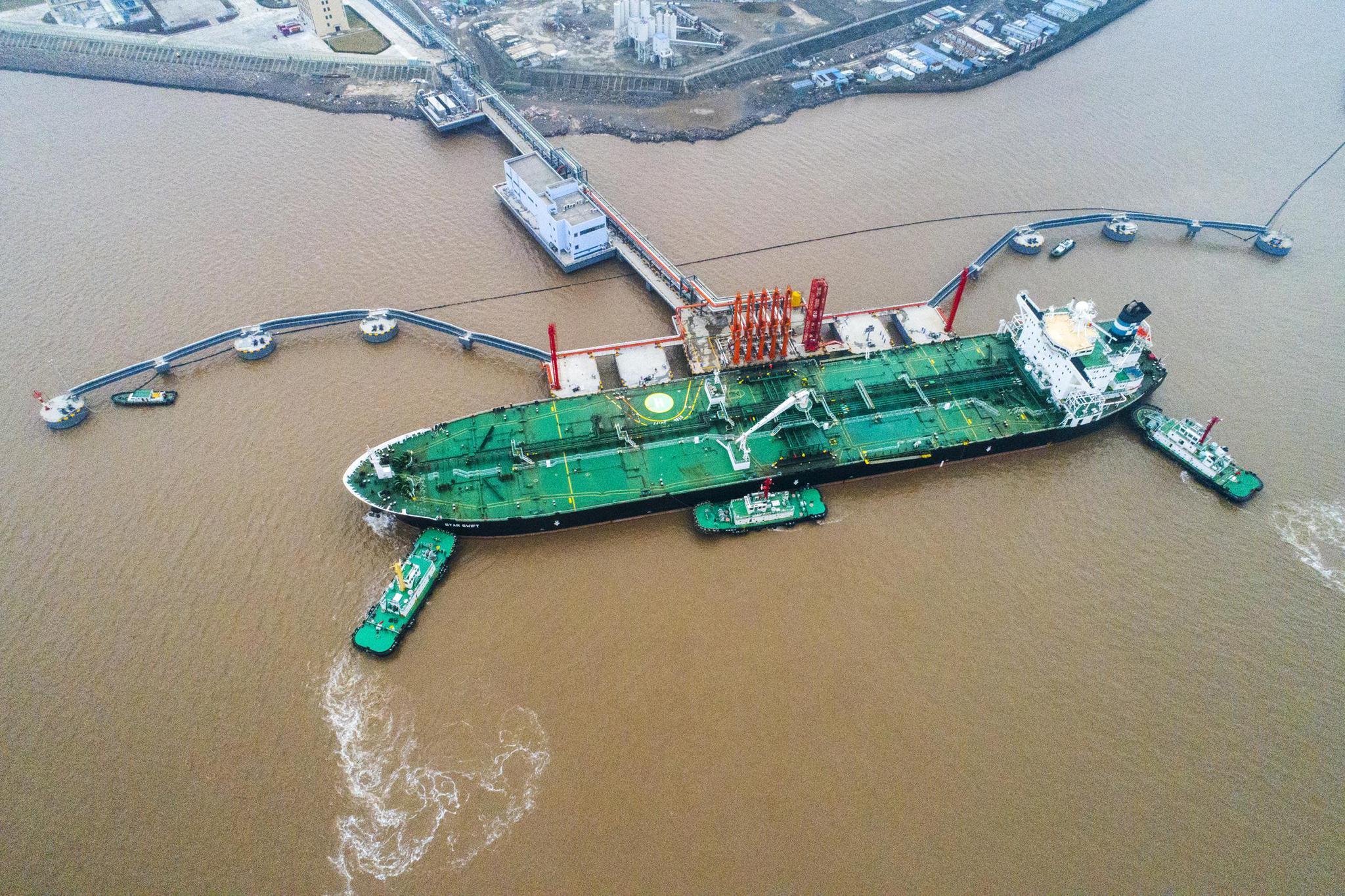 舟山:外钓30万吨级油品码头迎新首船