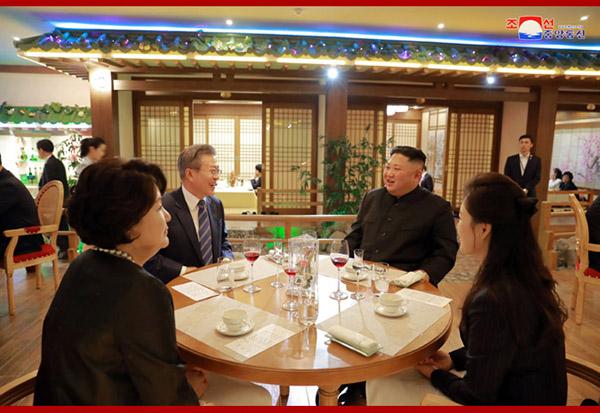 正在訪朝的韓國總統文在寅19日晚在平壤一傢餐廳就餐,朝鮮最高領導人金正恩再次意外現身。