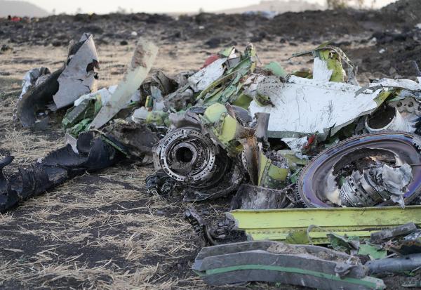 俄比亚航空公司ET302航班坠毁地点进行现场清理和遗体搜寻工作.