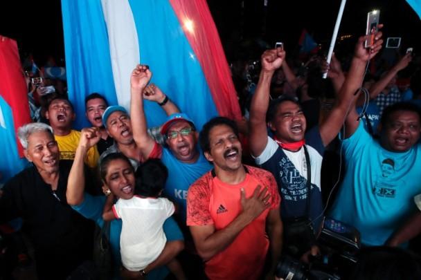 希盟支持者涌上街庆祝