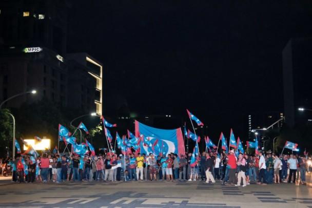 希盟支持者涌上街庆祝。(图:美联社)