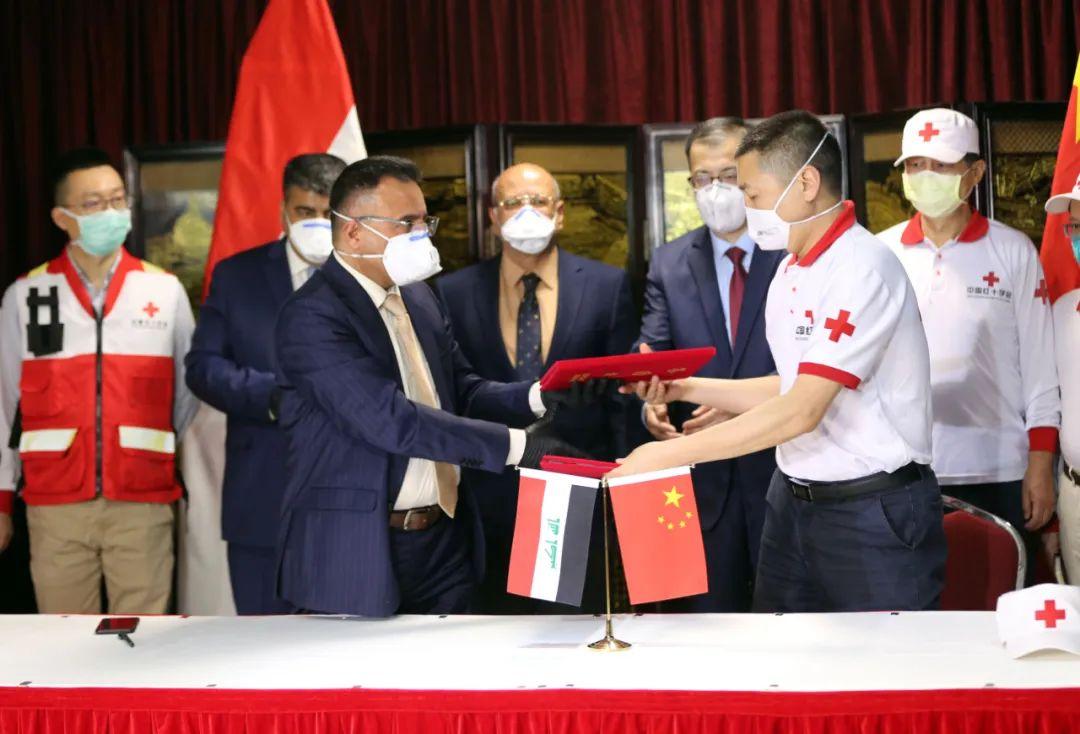 3月16日,在伊拉克巴格达,中国专家组领队与巴格达医学城代表交代证书。新华社发