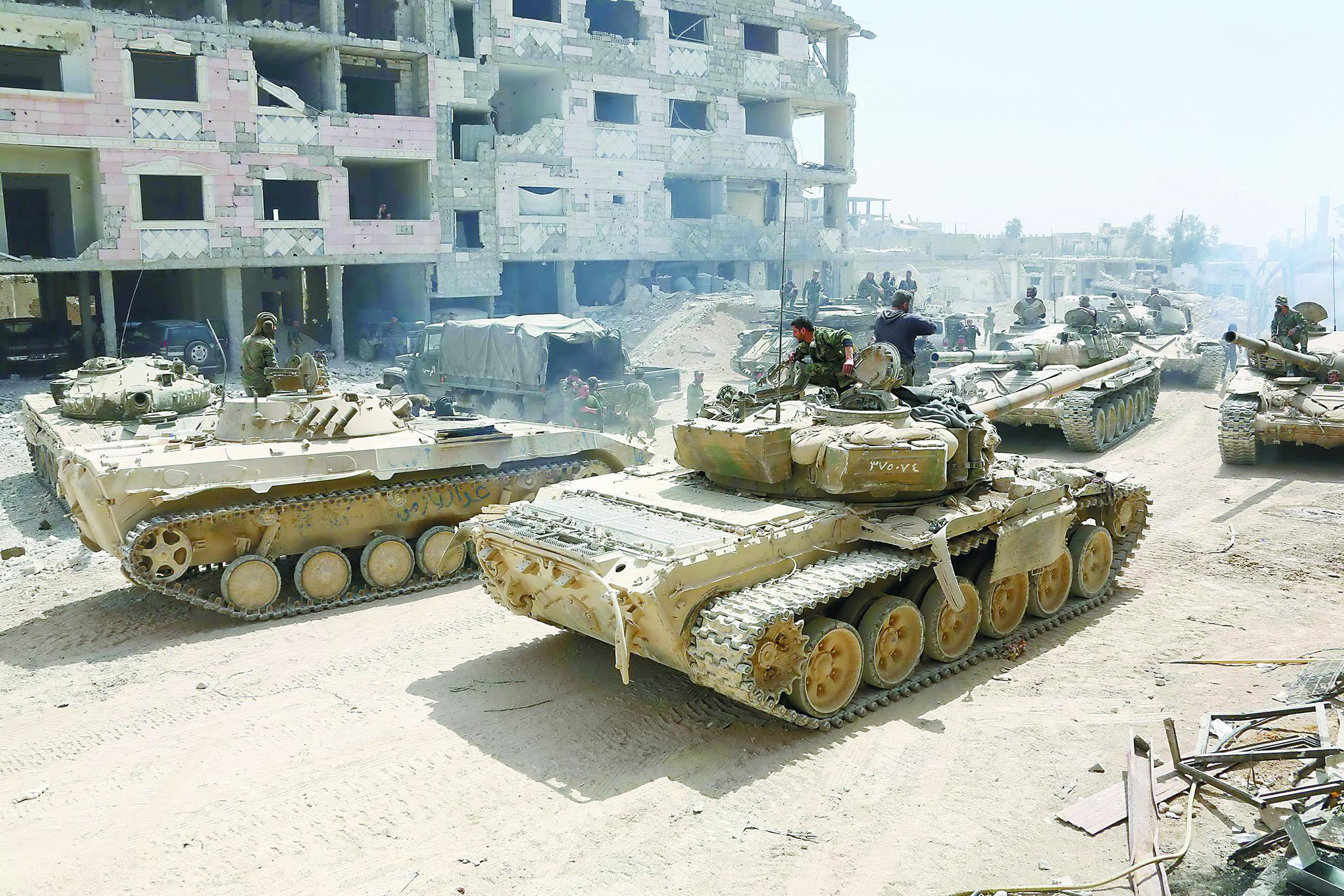 9日,叙利亚政府军装甲部队在反对派武装控制的东古塔地区外围集结。