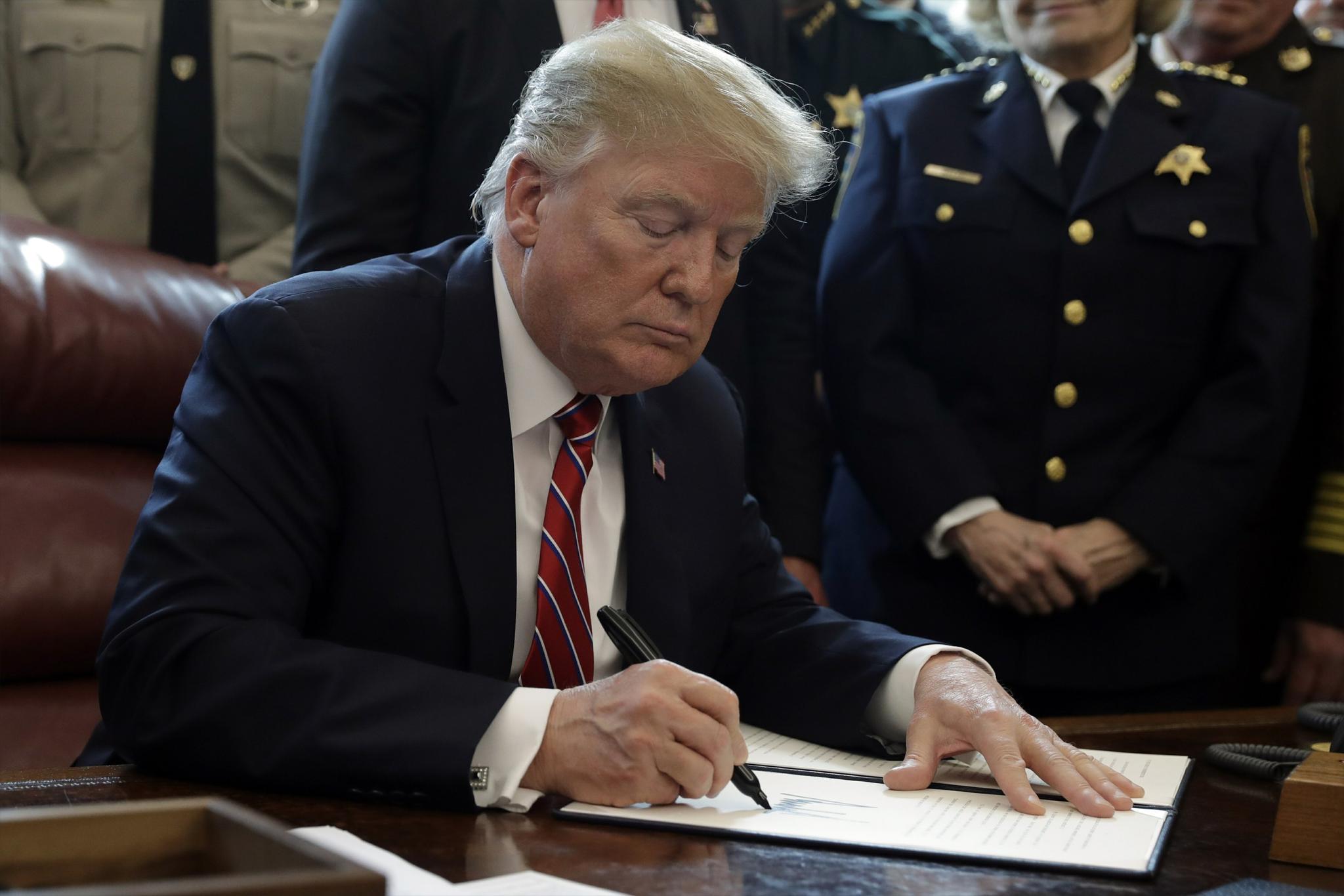 當地時間3月15日,川普簽署任內首個否決令。 圖/美聯社