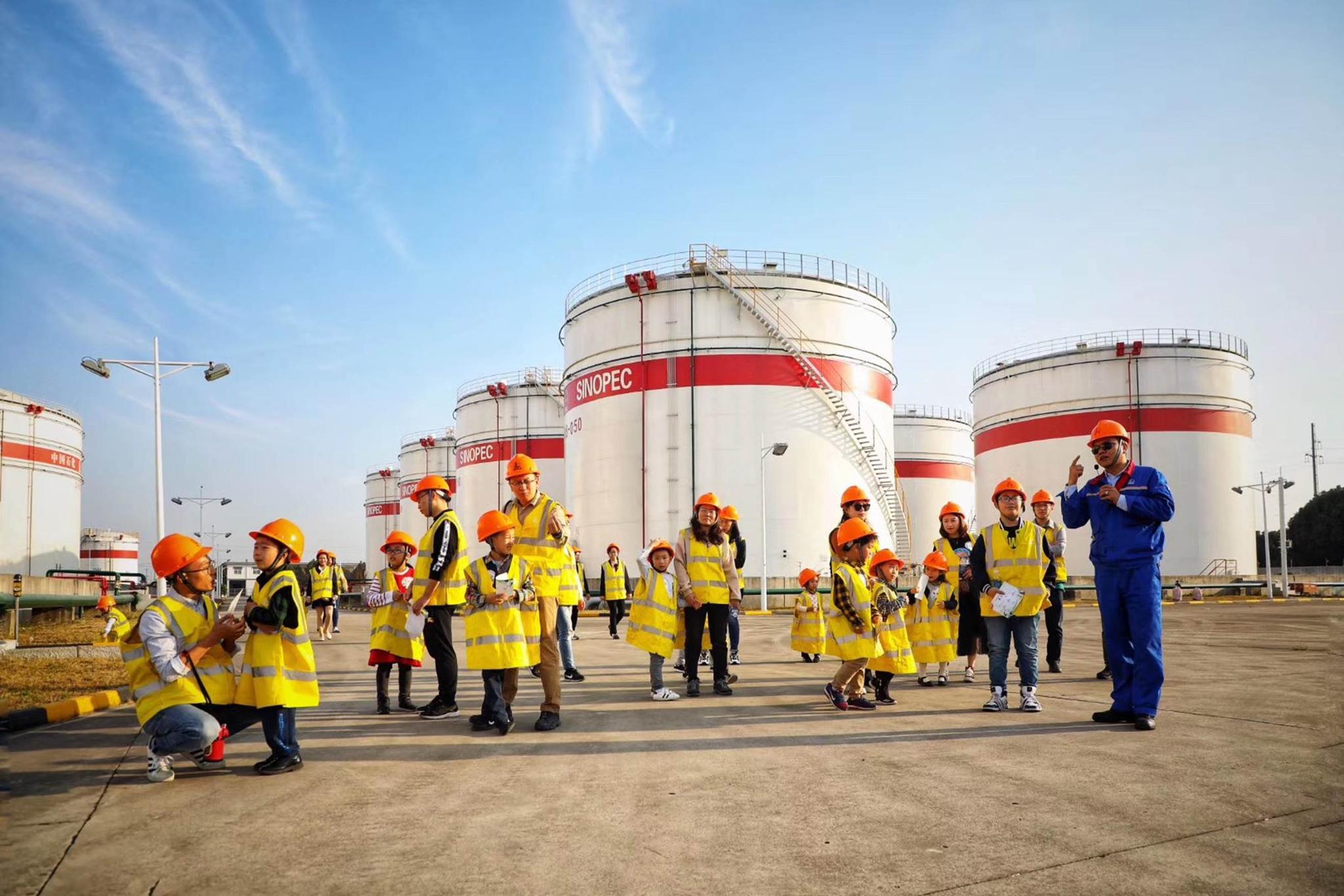 敞开大门,小朋友们走进中国石化苏州公司加油站、油库