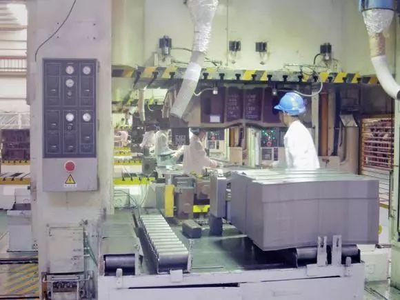 日本在华汽车厂也大规模采用了机器人生产。
