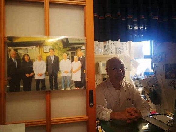 伟德国际官方电话,46岁董卿现身甘肃会宁拍摄宣传片,冒雨参与慰问演出笑容太甜