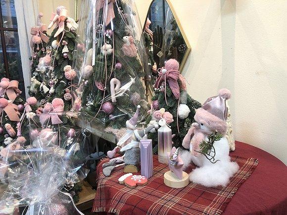 Rosa Gallica店内的小型圣诞树。图片来源:张钦