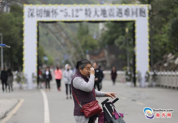 汶川特大地震十周年 群众前往北川老县城拜祭