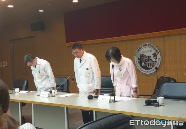 图为台大医院人员鞠躬致歉。(来源:东森新闻云)