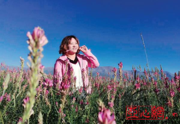 冯义敬沉醉于油画般的新疆美景。受访者提供