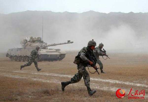 我新疆军区装甲团高原实兵对抗演练 红蓝两军切磋战技