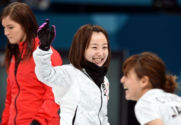 日本队获女子冰壶比赛铜牌。(新华社)