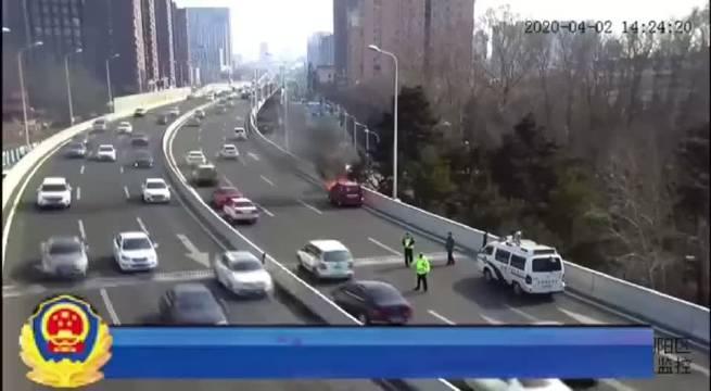 快速路上小车自燃,交警火速疏导救援