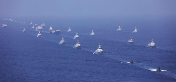4月12日上午,中央军委在南海海域隆重举行海上阅兵。航母打击作战群等接受检阅。图/新华