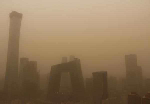2018年3月28日,北京宣布沙尘蓝色预警。图为向阳区CBD中心区。视觉中国 图