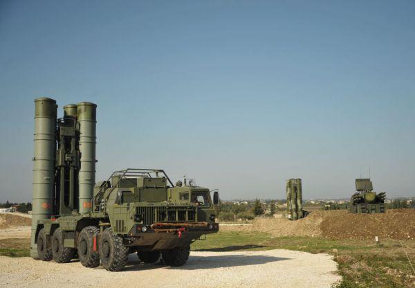 资料图片:驻叙俄军部署的S-400远程防空导弹系统。(图片来源于网络)