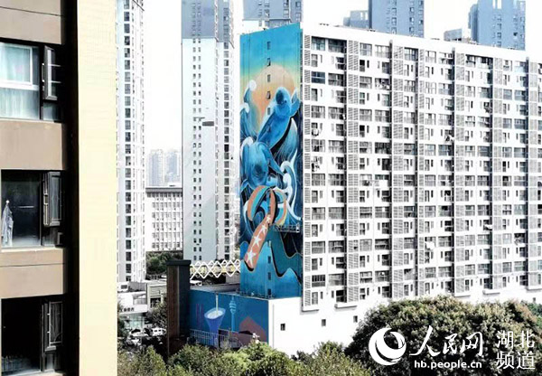 江豚腾跃庆军运武汉最大单体墙绘创作完成