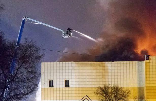 俄商场大火亲历者:有人敲碎玻璃从4楼跳下去