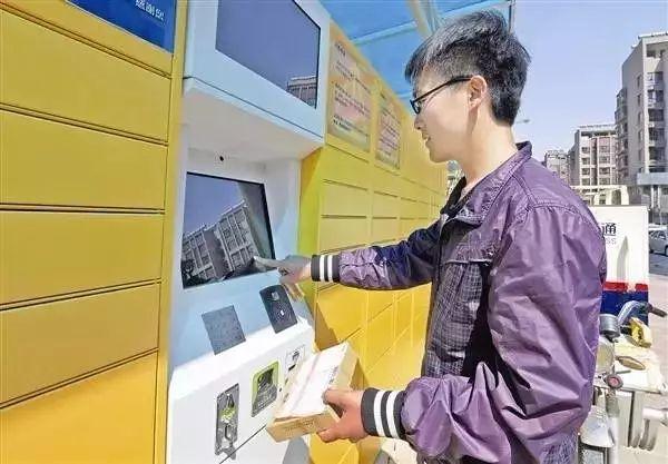 投递员在河北唐山市街头使用智能快递柜存储快件。 新华社记者 李俊义摄