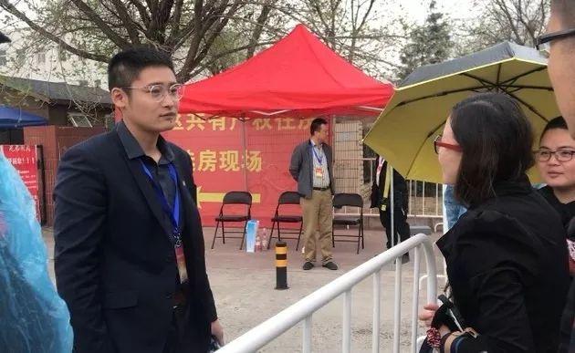 ▲在场外行等候的选房家庭每经记者 李诗琪 摄